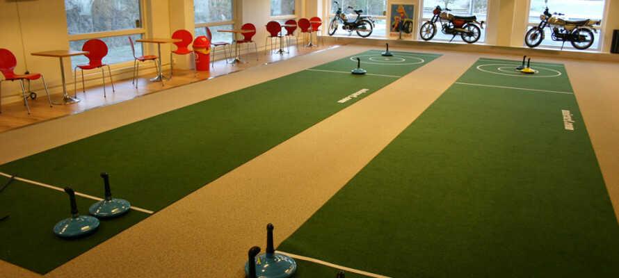 I det stor indendørs aktivitetsområde kan I bl.a. spille minigolf, billard, tæppe-curling og air hockey.