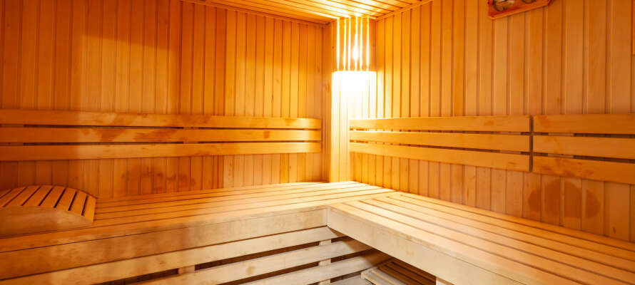 Genießen Sie freien Zugang zu dem schönen Hotel-Wellnessbereich mit Sauna, Whirlpool und Kaltwasserbecken.