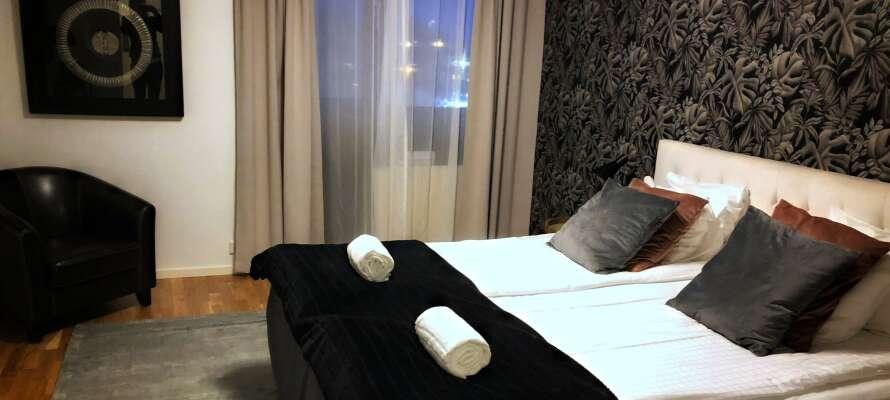 Dere bor på hyggelige og unikt innredede rom, som alle tilbyr komfortable senger og eget bad.