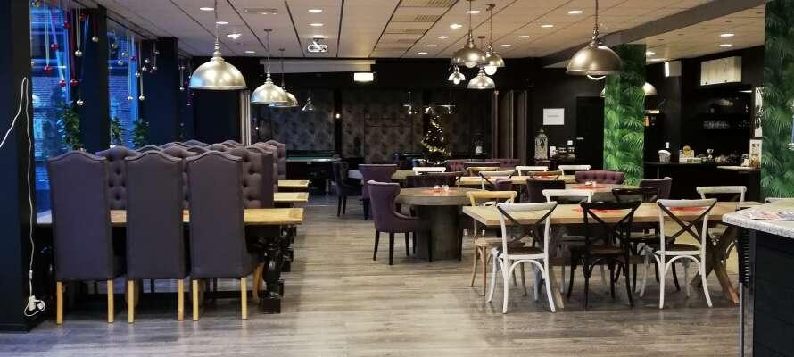 Den hyggelige Restaurant & Pub Pausa, serverer retter fra det amerikanske grillkjøkken og berømte svenske spesialiteter.
