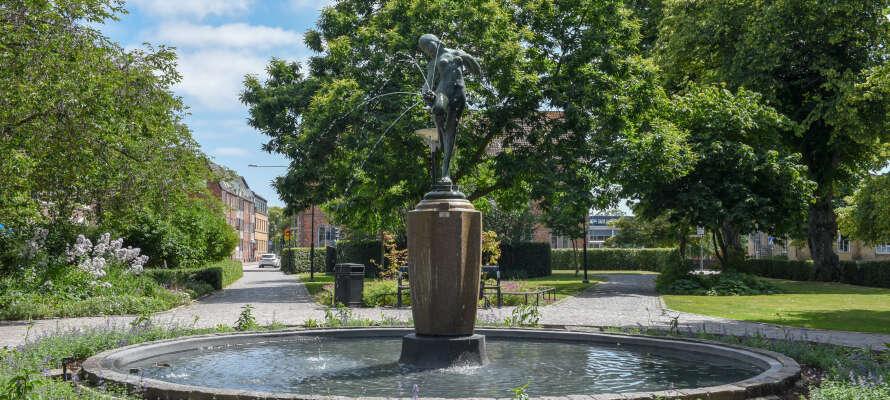Besøg nogle af de lokale seværdigheder, såsom uldfabrikken og Sankt Petri Kirken, eller kør en tur til kystbyen, Ängelholm.