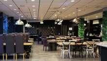 Im Restaurant werden amerikanische Grillgerichte und berühmte schwedische Spezialitäten serviert.