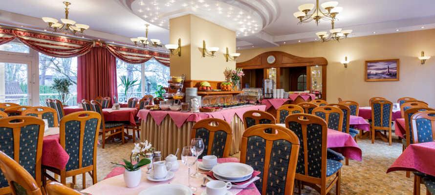 Jeden Morgen wird in der gemütlichen Atmosphäre des Hotels ein köstliches Frühstücksbuffet und abends wird ein leckeres Abendbuffet serviert.