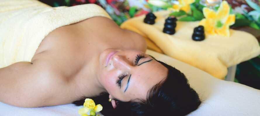 På hotellets trevliga wellnessområde kan ni boka klassiska spa- och skönhetsbehandlingar