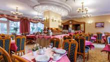 Njut av maten i hotellets trevliga restaurang