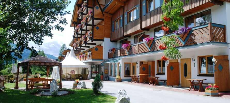 Aparthotel Ferienalm har en skøn beliggenhed på en solrig bakkeside, med udsigt over byen, Schladming.