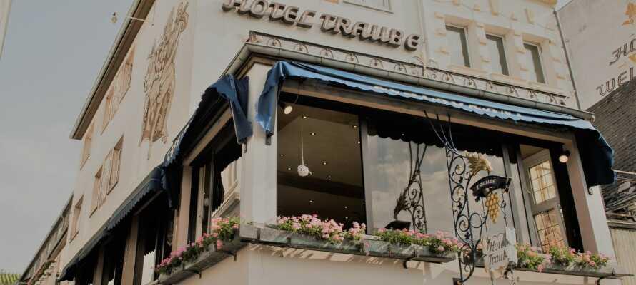 Det 4-stjärniga Hotel Traube Rüdesheim är beläget nära Rhen-floden, den berömda gågatan Drosselgasse och vackra vinlandskap.