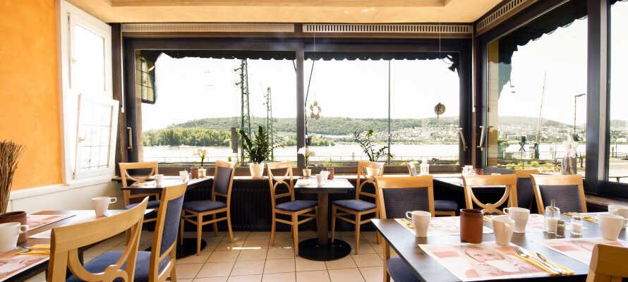 Frukosten serveras i en inbjudande och ljus lokal med utsikt över Rhen-floden.