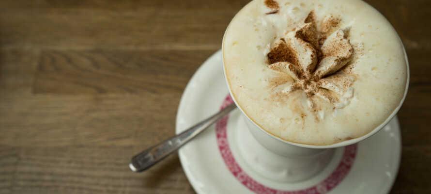 Nyd en kop af hotellets egen udsøgte kaffespecialitet,