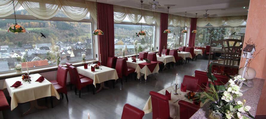 Nyt kveldsmåltidene med en herlig panoramautsikt fra hotellets restaurant.
