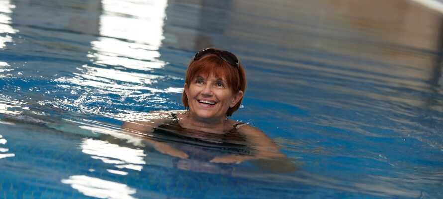 Hotellets store svømmebasseng egner seg både for de som vil slappe av og for svømmere.