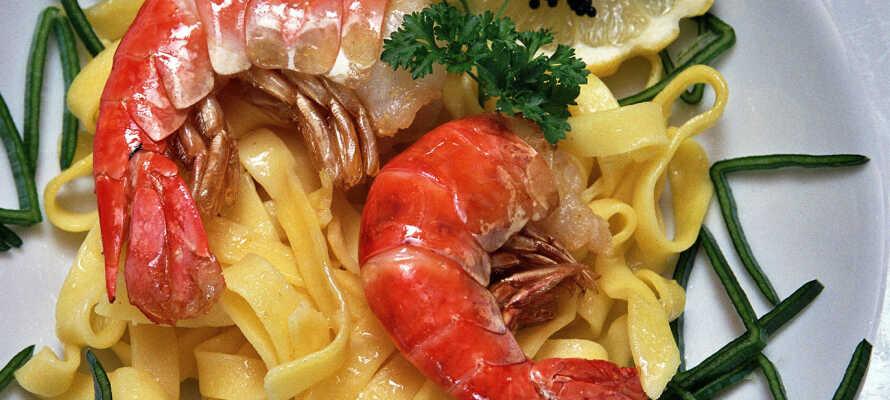 I hotellets restaurang serveras läckra rätter från både det regionala och internationella köket.