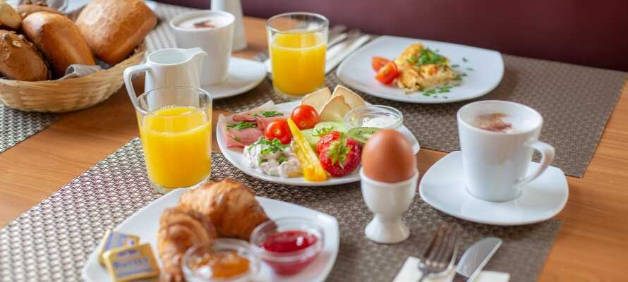 Varje morgon serveras en god frukost i hotellets trivsamma miljö.