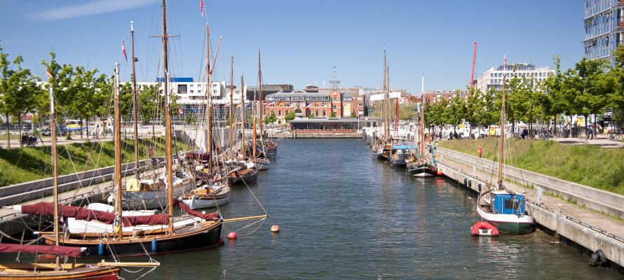 Strosa runt längs med Kiels hamn och utforska den maritima atmosfären.