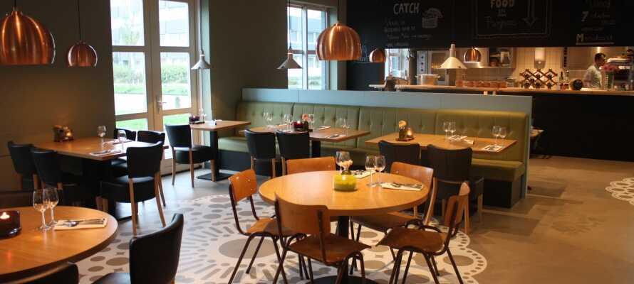 Nyt massevis av god mat under oppholdet, med en rik frokostbuffet og typiske nederlandske retter til middag.