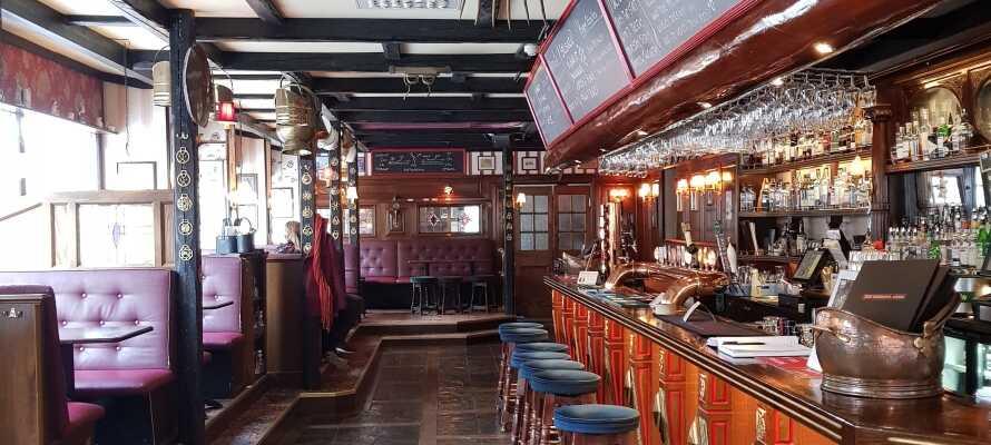 The Bishops Arms gastropub serverer veltillavet mad, og tilbyder et bredt udvalg af bl.a. øl og whisky.