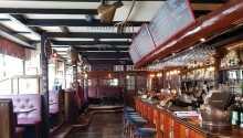 I den hyggelige gastropuben, The Bishops Arms, serveres god mat og et bredt utvalg av bl.a. øl og whisky.