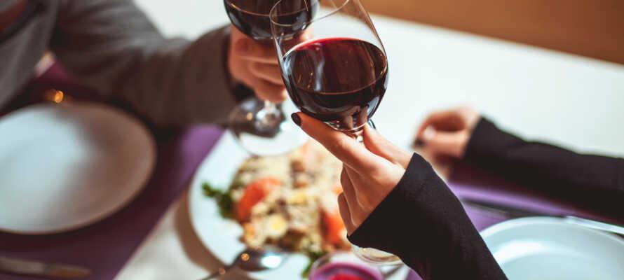 The Bishops Arms gastropub tilbyder veltillavet mad og et godt udvalg af drikkevarer såsom øl og whisky.