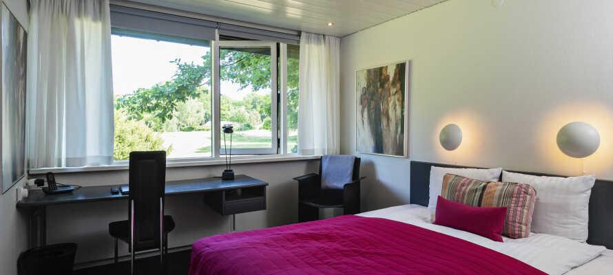 Hotellrommene har komfortable omgivelser med kunst på veggene.