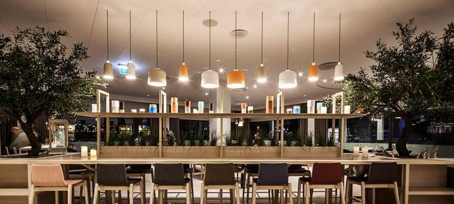 Hotellets bar og brasserie byder på hygge og stil, og opholdet inkluderer en værdikupon til lækre drinks og snacks.