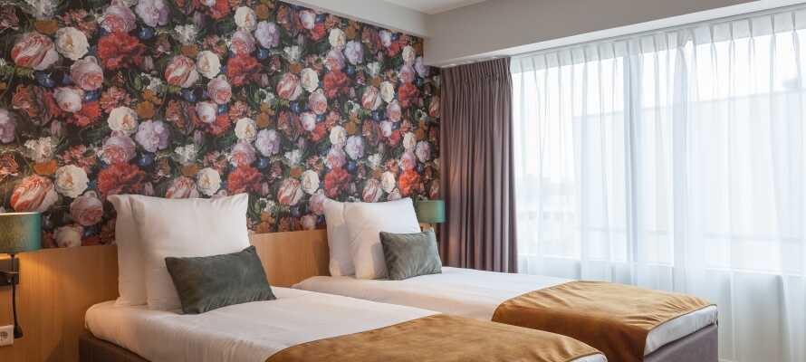 I bor på moderne indrettede værelser, som alle tilbyder et højt komfortniveau og bl.a. har kaffe- og tefaciliteter.