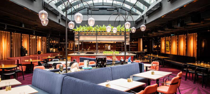 Börja dagen med hotellets härliga frukost och ät middag i den trevliga restaurangen som heter