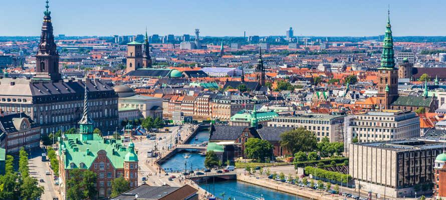 Det finns en tunnelbanestation precis vid hotellet och därifrån tar ni er snabbt in till centrala Köpenhamn