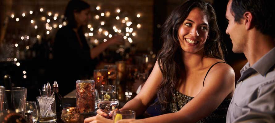 Hotellets bar og lounge garanterer kos og god stemning. Nyt en hyggelig stund med en 'Moxy Cocktail'.