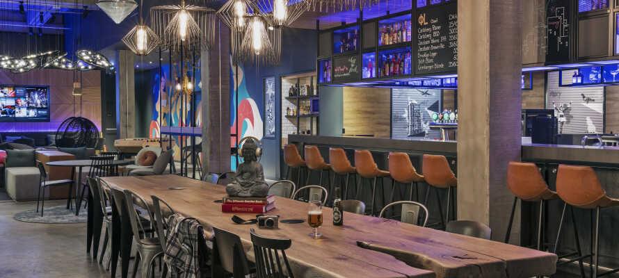 Opholdet inkluderer værdikuponer til drinks og snacks, som kan indløses i hotellets hyggelige barområde.