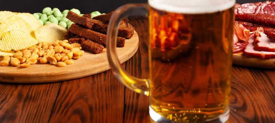 Njut av god mat och dryck i hotellets stämningsfulla restaurang och bar, Gastropub The Bishops Arms.