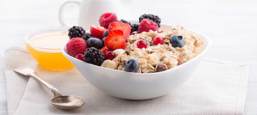 Nyt deilig mat i restauranten, hvor det er mulig å spise frokost så tidlig som kl. 04.00 om morgenen.