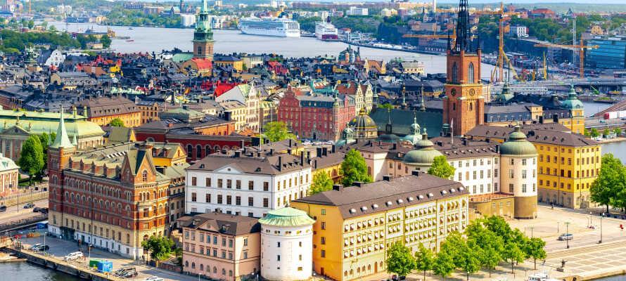 Med behagligt avstånd in till Stockholm kan ni kombinera lugn och ro med en stadsutflykt i huvudstaden.