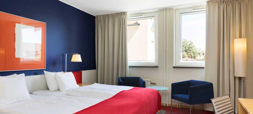 Hotellets moderne værelser er udstyret med komfortable senge, som sørger for I får en god nattesøvn.