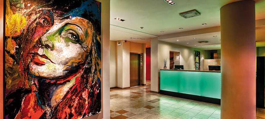 Hotellet er indrettet i et flot design, og receptionen er bemandet af venligt personale.