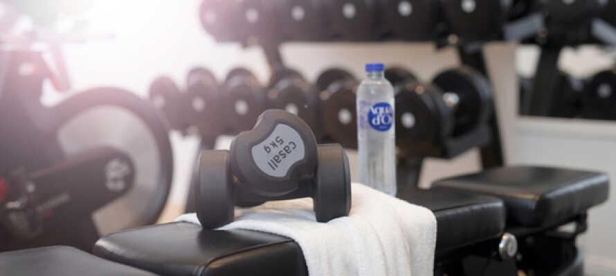 Hold formen ved lige under opholdet i hotellets fitnesscenter, eller ved hjælp af træningsvideoen som findes på værelset.