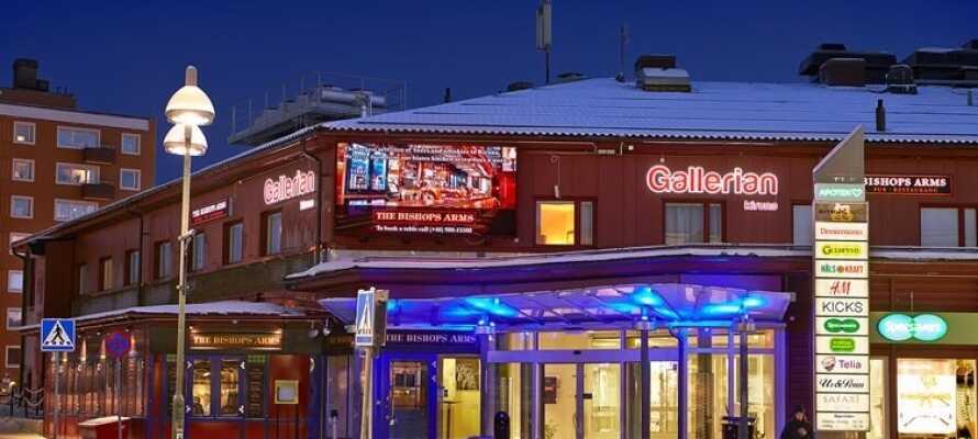 Hotellet tilbyr en hyggelig og familievennlig atmosfære, med både hotel, restaurant og pub i én og samme bygning.