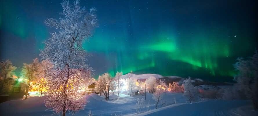 Placeringen i det nordlige Sverige betyder, at der er midnatssol om sommeren, og mulighed for at spotte nordlys om vinteren.