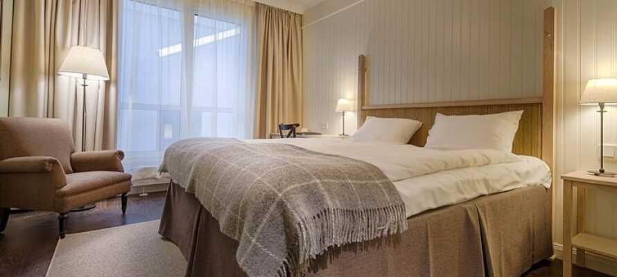I bor på hyggelige og lyse værelser, indrettet i moderne stil med en komfortabel stemning.