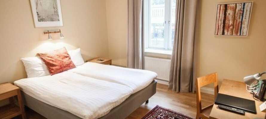 Nyt et godt og sentralt utgangspunkt, og sov godt i komfortable Dux-senger, med et opphold på Hotel Bishops Arms Lund.