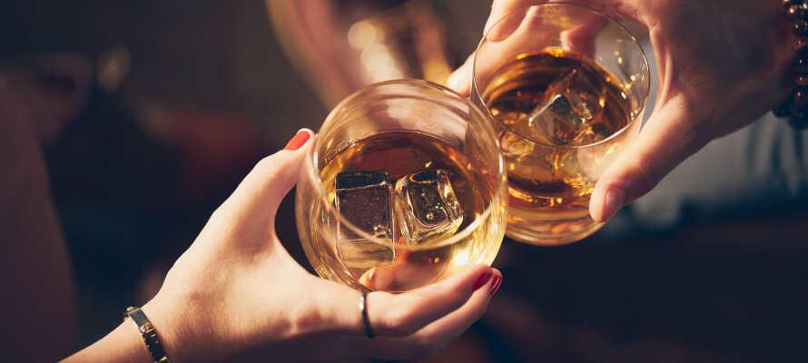 The Bishops Arms gastropub tilbyder en populær pub-menu, og et bredt drikkevareudvalg med fokus på øl og whisky.