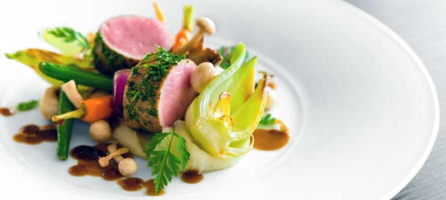 Pakken inkluderer 15% rabatt i hotellets flotte gourmetrestaurant, med utsikt mot innsjøen.
