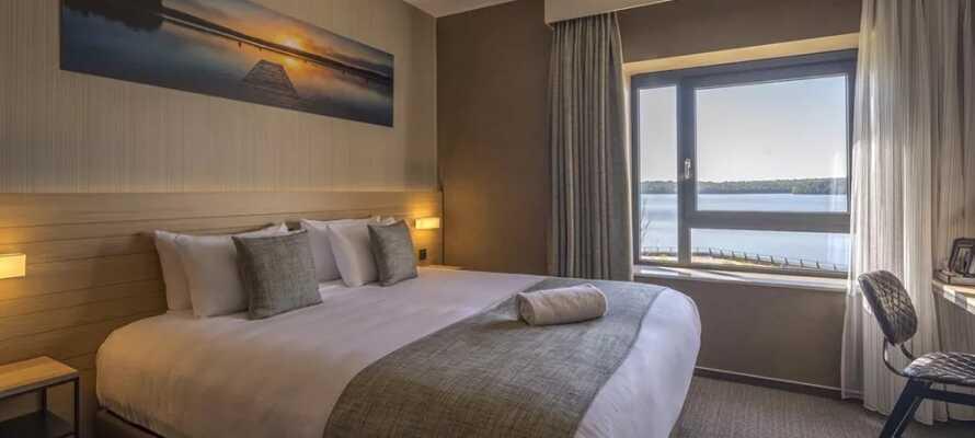 Sov gott och njut av en bekväm bas i hotellets trivsamma rum.