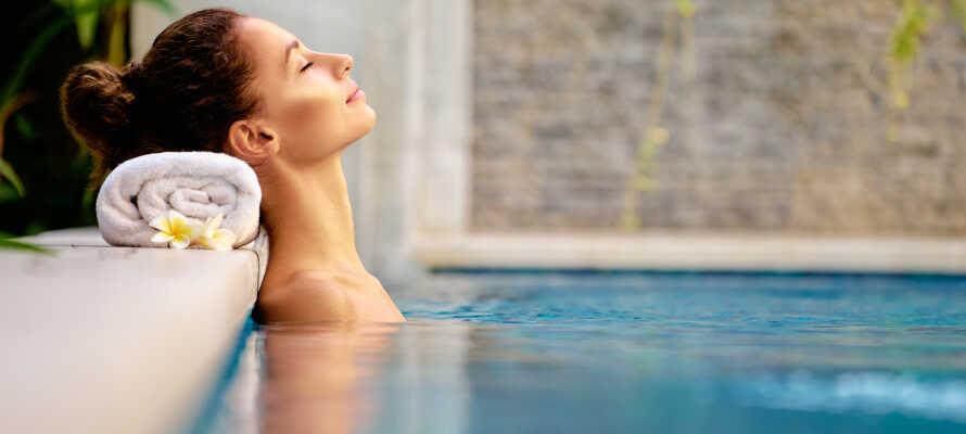 I har fri adgang til spaområdet som bl.a. byder på indendørs pool, sauna og Jacuzzi.