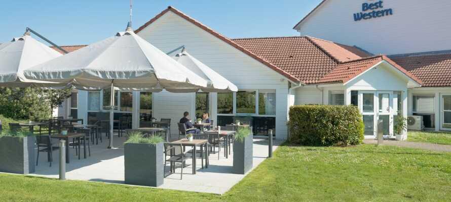 Om sommeren kan I både nyde morgenmaden og eftermiddagskaffen på terrassen.