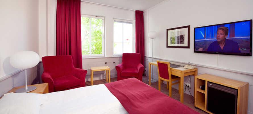 Alle Zimmer bieten ein eigenes Bad und WC, einen Haartrockner, bequeme Betten, einen Safe, einen TV, ein Telefon und WLAN.