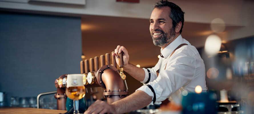 Trinken Sie etwas in der Sky Bar des Hotels mit Blick auf den Fluss und die Stadt.