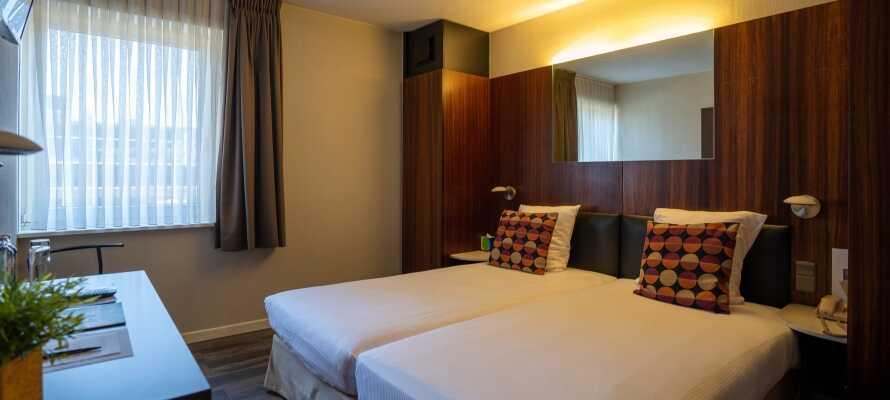 Her bor I på flotte og komfortable dobbeltværelser, med eget moderne badeværelse, air condition og fladskærms-TV.