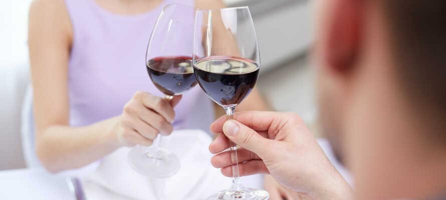 Der Weinkeller der Herberge wartet mit über 500 verschiedenen Weinen auf.