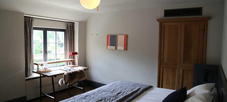 Bo bekvämt i rymliga hotellrum med eget badrum, TV och WiFi.