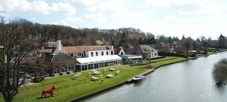 Auberge du Pêcheur har en idyllisk beliggenhed ved floden Leie.